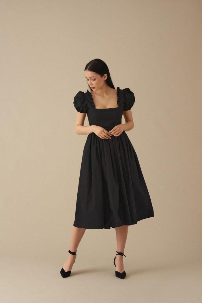 Sukienka z bufiastymi rękawami Amia – czarna